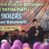 Wali Kota Kediri Abdullah Abu Bakar saat memberikan sambutan dalam acara buka bersama Forscook dan anak yatim. (eko Arif s /JatimTimes)