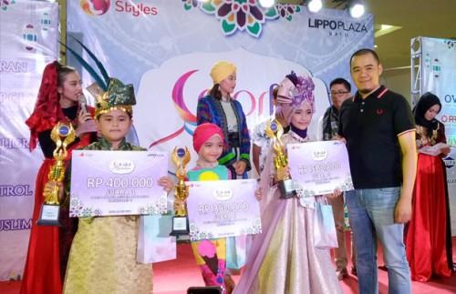 Pakai kaus hitam  Azariel Marcomm Lippo Plaza Batu berswafoto bersama para pemenang lomba Busana Muslim Anak anak