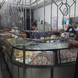 Anggota Sabhara melakukan patroli dan pengamanan di salah satu toko eman di pasar Blambangan