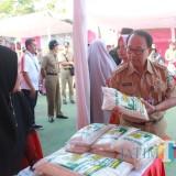 Bupati Blitar membuka dan meninjau stand Kampung Ramadan di halaman kantor Pemkab