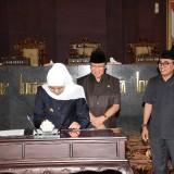 Gubernur Jatim Khofifah ketika rapat paripurna