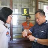 Kasubag Humas Polres Malang Kota, saat memantau pelayanan besuk video call lewat Whatsapp (Humasmakota)
