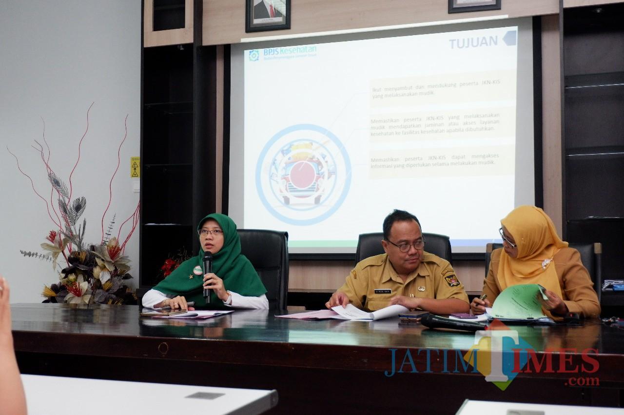 Kepala BPJS Kesehatan Yessi Kumalasari saat menggelar konferensi pers di kantornya. (Eko Arif  /JatimTIMES)