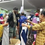 Masyarakat tengah berburu baju bekas layak pakai di Pasar Murah Ramadan di kawasan Stadion Gajayana Malang. (Pipit Anggraeni/MalangTIMES).
