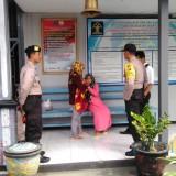 NL (baju pink)  saat membelai anaknya yang digendong oleh neneknya di Lapas klas 2B Tulungagung (foto : Joko Pramono/JatimTIMES)