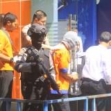 Pelaku pembobol ATM saat olah TKP dan rekonstruksi di lokasi kejadian (Agus Salam/Jatim TIMES)