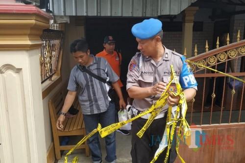 Petugas kepolisian dari Polres Kediri ketika melalukan olah TKP. (Foto: B. Setioko/JatimTIMES)