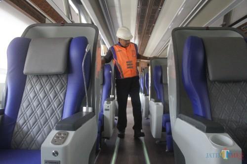 Petugas tengah menyiapkan gerbong kereta api Luxury 2 relasi Malang-Jakarta di Stasiun Malang Kotabaru. (Foto: Nurlayla Ratri/MalangTIMES)