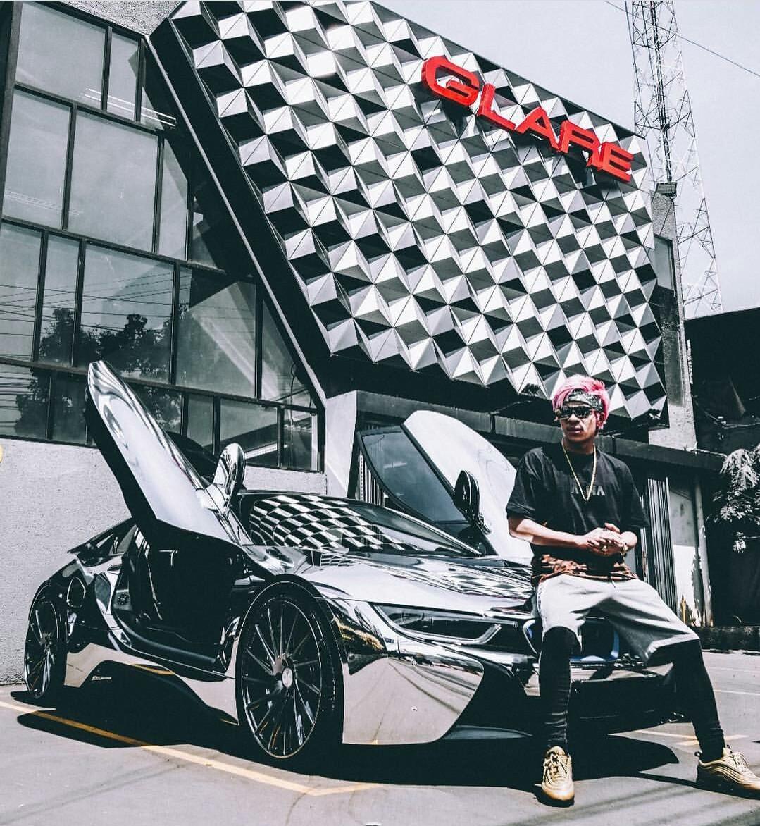 Atta Halilintar dengan mobil mewahnya BMW i8. (Foto: Instagram Atta)