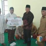 Bupati Dadang saat menyerahkan intensif guru ngaji didampingi wabup Yoyok di wilayah Kecamatan Kapongan (Foto Heru Hartanto/Situbondo TIMES)