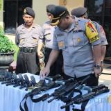 Kapolres Jombang, AKBP Fadli Widiyanto saat mengecek senjata untuk pengamanan di pos pam arus mudik Lebaran. (Foto : Adi Rosul / JombangTIMES)