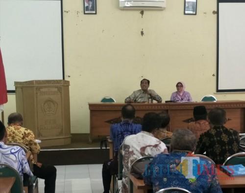 Kepala Disdik Kabupaten Malang M. Hidayat (kiri) bersama Plt Sekretaris Disdik Puji H. dalam rapat dengan pihak sekolah. (MalangTIMES)
