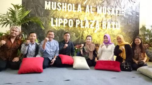 Lima dari kiri pembaca: Fifi Trisjanti Mall Director Lippo Plaza Batu berswafoto bersama usai peresmian Musala Al-Musafir Lippo Plaza Batu