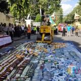 Proses pemusnahan di depan Mapolres Lumajang (Foto : Moch. R. Abdul Fatah / Jatim TIMES)