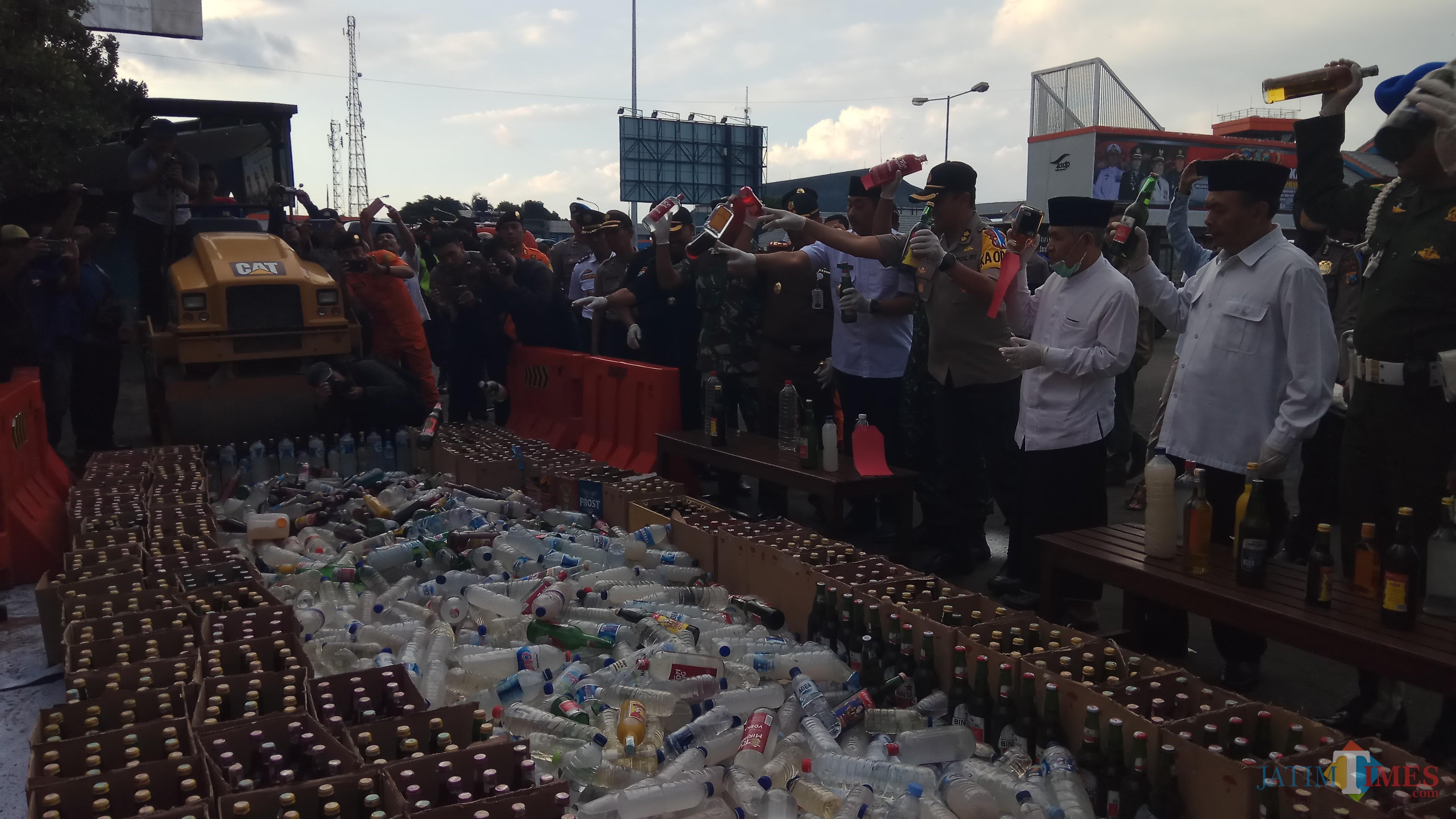 Ribuan botol miras dimusnahkan di area parkir pelabuhan Ketapang