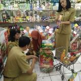 Tim dari Disdag yang melakukan pemeriksaan parcel (Anggara Sudiongko/MalangTIMES)