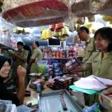 Tim gabungan Kabupaten Trenggalek sidak ke beberapa toko makanan.