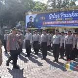 Wabup Malang Sanusi bersama Kapolres Malang saat meninjau kesiapan pasukan dalam gelar operasi ketupat Semeru 2019 di halaman Polres Malang (Nana)