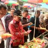 Wakil Wali Kota Batu Punjul Santoso saat melakukan sidak di Pasar Besar Kota Batu (28/5/2019). (Foto: Irsya Richa/MalangTIMES)