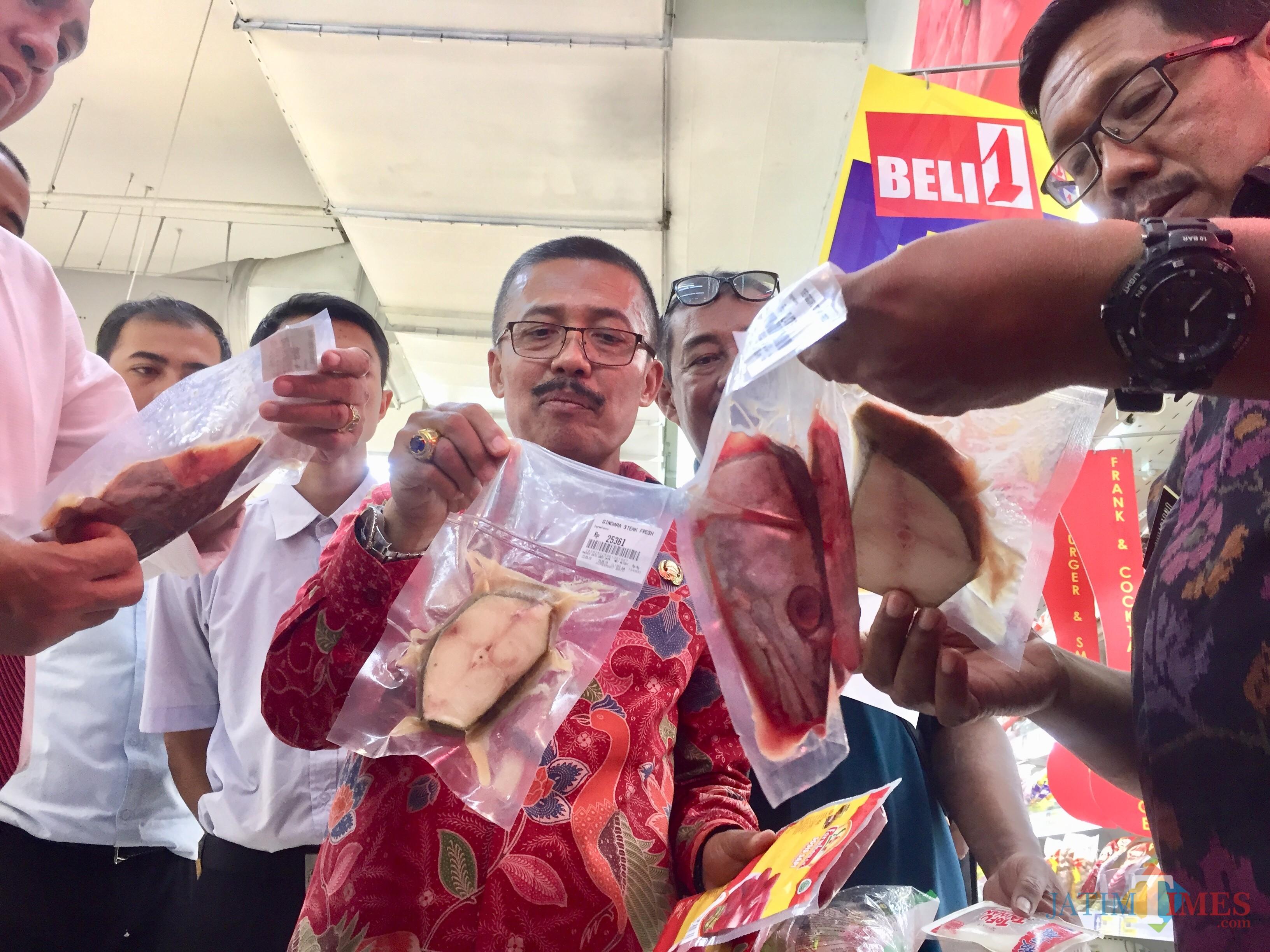 Wakil Wali Kota Batu Punjul Santoso saat menunjukkan ikan kadaluarsa di salah satu supermarket di Kota Batu, Selasa (28/5/2019). (Foto: Irsya Richa/MalangTIMES)