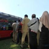 Warga Ngantri menukar uang pecahan di alun-alun Kota Probolinggo (Agus Salam/Jatim TIMES)