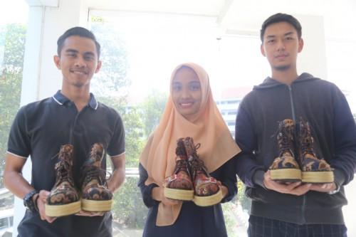 (Dari kiri) Fitrah, Dita, dan Syahmi memamerkan produk buatannya. (Foto: istimewa)