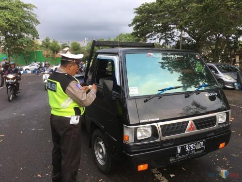 Ilustrasi kendaraan muatan saat ditilang polisi, Kabupaten Malang (Foto : Ashaq Lupito / MalangTIMES)