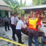Polisi saat mengevakuasi mayat Nuryati.