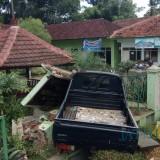 Posisi mobil yang menabrak pagar dan papan nama Desa Kedayunan.