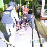 Tim jihandak saat membuka tas mencurigakan. / Foto : Dokpol / Tulungagung TIMES