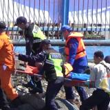 Tim tanggap darurat sedang melakukan evakuasi korban dalam simulasi.