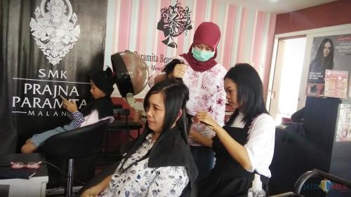 Banyak perempuan mendatangi salon untuk perawatan kecantikan menjelang lebaran. (Foto: Nurlayla Ratri/MalangTIMES)