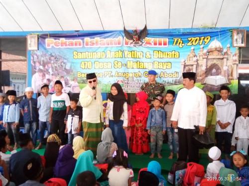Direksi PT ACA saat memberikan kuis untuk anak-anak yatim (Anggara Sudiongko/MalangTIMES)