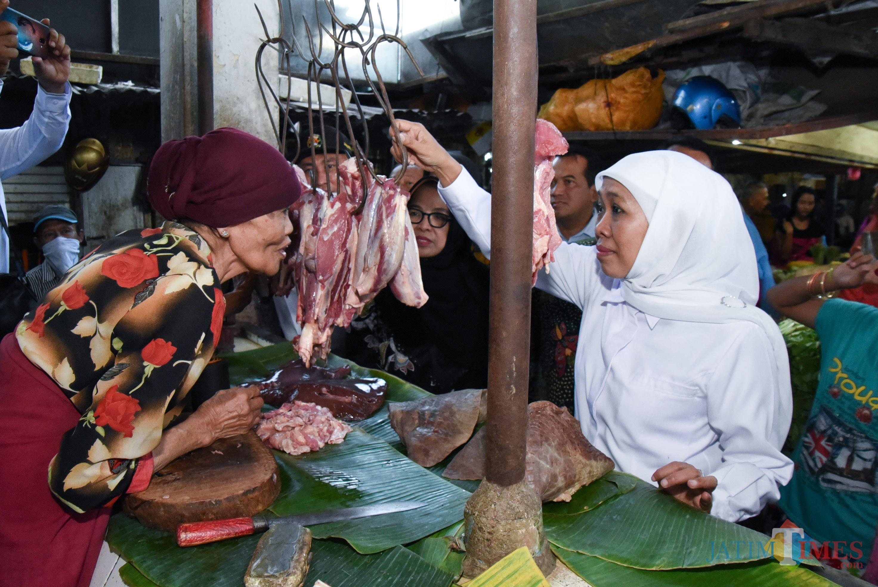 Gubernur Jatim Khofifah ketika sidak di Pasar Pucang, Surabaya
