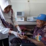 Pelayanan lansia pada Hari Lansia Nasional di Puskesmas Genteng Kulon, Kecamatan Genteng, Banyuwangi.