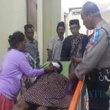 Korban saat di RSUD dr Muhammad Saleh dikunjungi kapolsek Wonomerto AKP Sugiyanto (Agus Salam/Jatim TIMES)