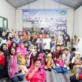Mahasiswa dan dekan Fakultas Hukum Unisba bersama pengurus dan anak yatim piatu Panti Asuhan Tunas Patria Utomo.