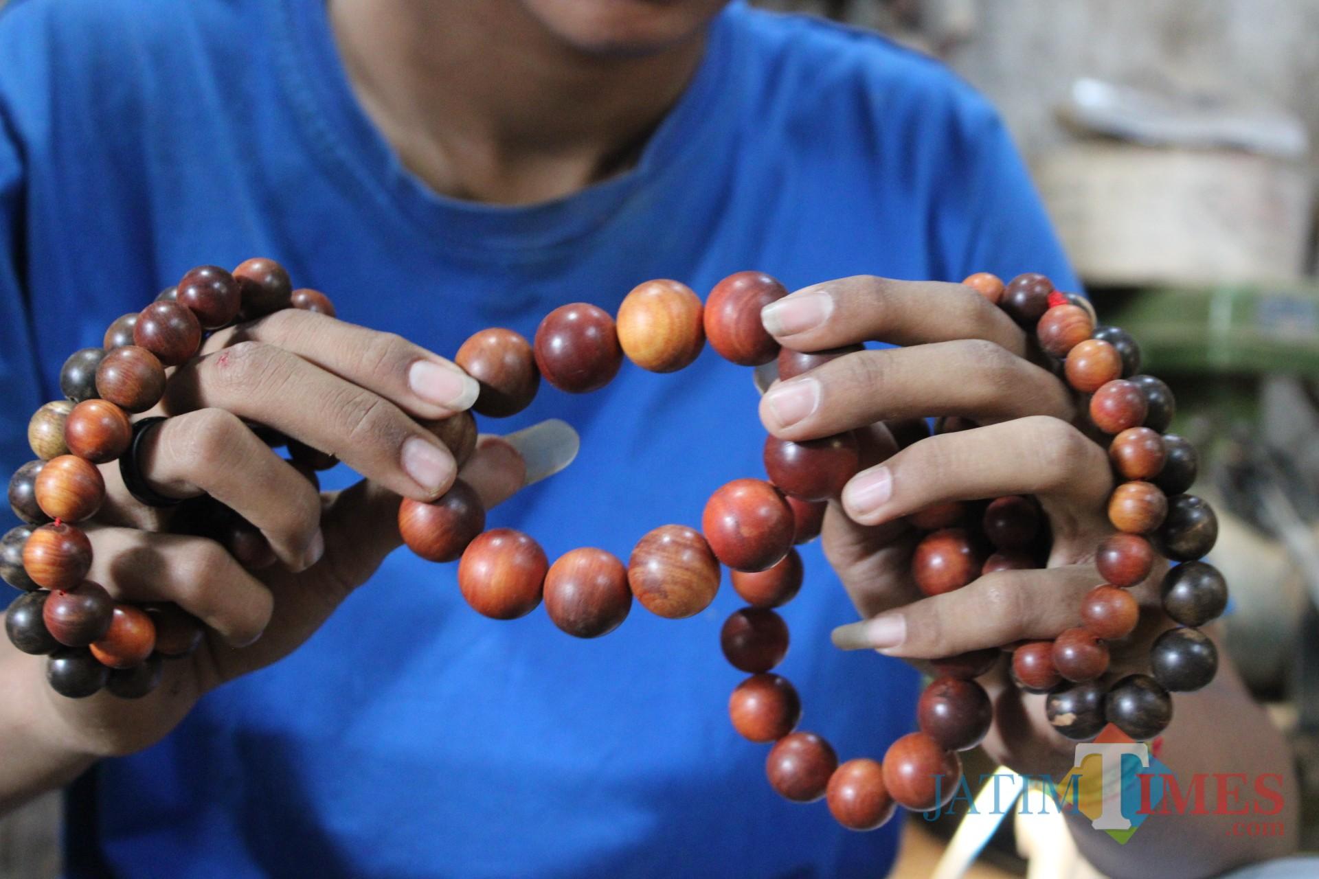 Penampakan gelang kayu gaharu produk Fachrur Rochman yang tembus hingga pasar dunia. (Foto : Adi Rosul / JombangTIMES)