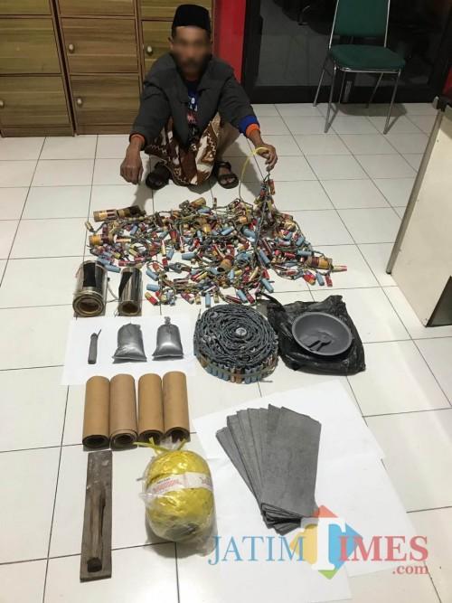 Tosari tersangka beserta barang bukti petasan saat diamankan polisi, Kecamatan Singosari (Foto : Polsek Singosari for MalangTIMES)