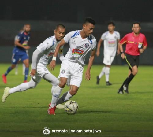 Rivaldi Bawuo (bawa bola) saat bermain bersama Arema FC (official Arema FC)