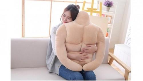 Seorang perempuan saat memeluk banyal sixpack. (Foto: istimewa)