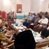 Suasana pertemuan antara bupati Jember, LP3M Unej, dan keluarga  KH Ahmad Siddiq di Aula Tamyaloka Pemkab Jember. (foto : Moh. Ali Makrus / Jatim TIMES)