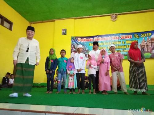 Suasana saat Direksi PT ACA membagikan hadiah kepada para anak yatim (Anggara Sudiongko/MalangTIMES)