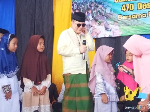 Suasana saat Komisaris PT ACA membuat tantangan berhadiah untuk anak-anak yatim di Kecamatan Dampit (Anggara Sudiongko/MalangTIMES)