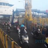 Kendaraan roda dua dari bali turun di dari Kapal di Pelabuhan Ketapang
