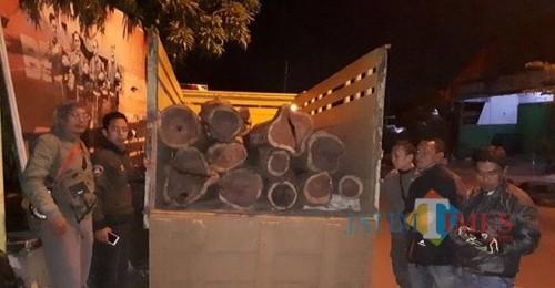 Barang bukti kayu hasil curian saat diamankan petugas kepolisian, Kecamatan Poncokusumo (Foto : Polsek Poncokusumo for MalangTIMES)