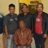 Teguh Santoso (duduk) tersangka kasus penganiayaan saat diamankan polisi, Kecamatan Poncokusumo (Foto : Polsek Poncokusumo for MalangTIMES)