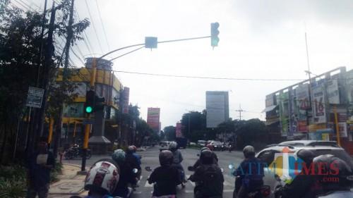 Traffic light di perempatan Blimbing, Kota Malang. (Arifina Cahyanti Firdausi/MalangTIMES)