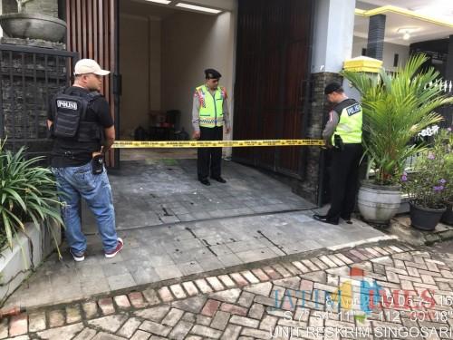 Rumah milik warga yang menjadi sasaran maling saat dipasangi garis polisi oleh petugas. (Foto : Dokumen MalangTIMES)