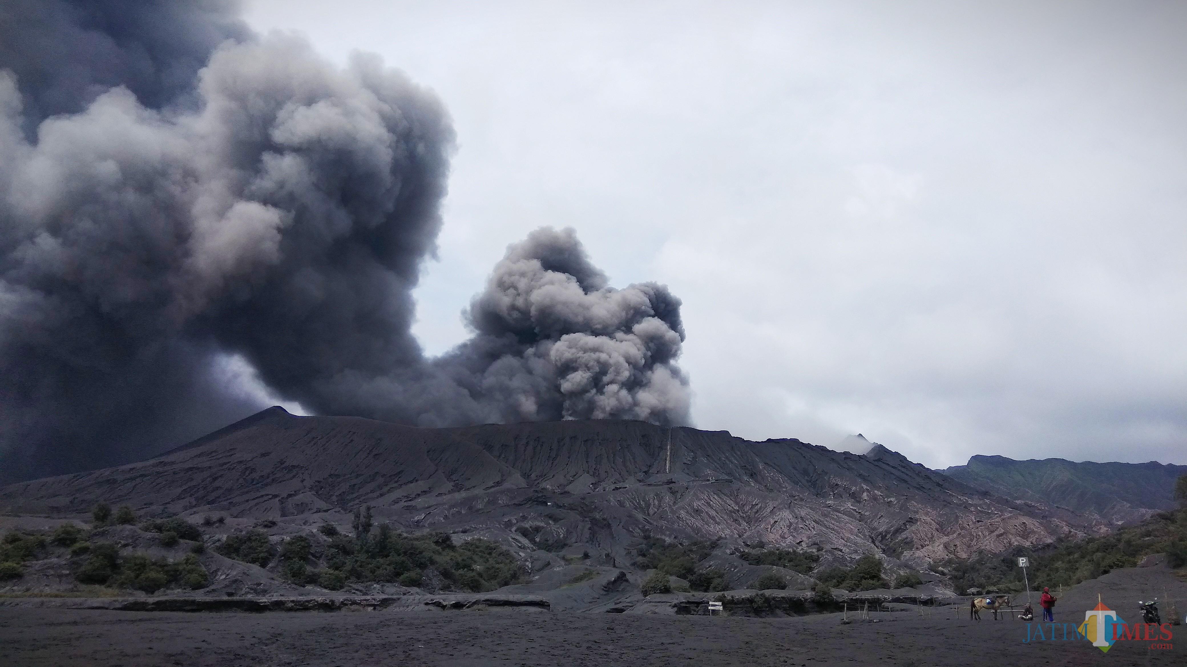 Keindahan Gunung Bromo saat erupsi pada Maret 2019 lalu. (Foto: Nurlayla Ratri/MalangTIMES)